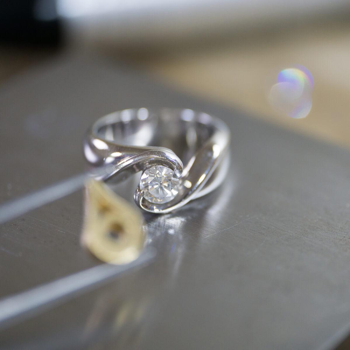 リメイクジュエリーの制作風景 ジュエリーのアトリエにダイヤモンドリング、ペンダントトップ ゴールド、プラチナ 屋久島だオーダーメイドジュエリー