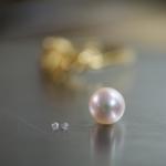 パールとダイヤモンド ジュエリーのアトリエ 後ろにゴールドリング 屋久島でリメイクジュエリー