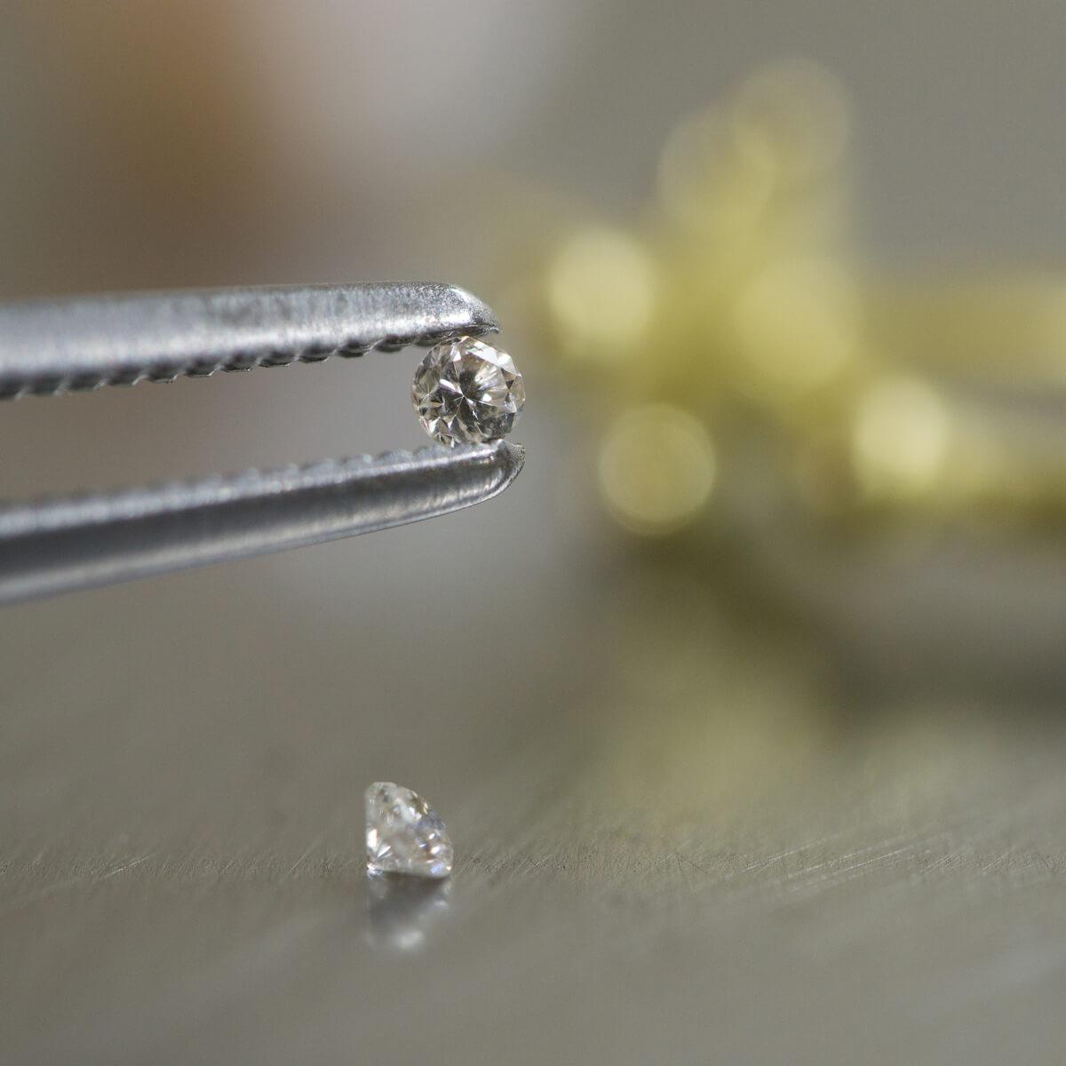 オーダーメイドジュエリーの制作風景 ジュエリーのアトリエ ダイヤモンド、その奥にゴールドの金具 屋久島の水のイメージ 屋久島でつくるジュエリー