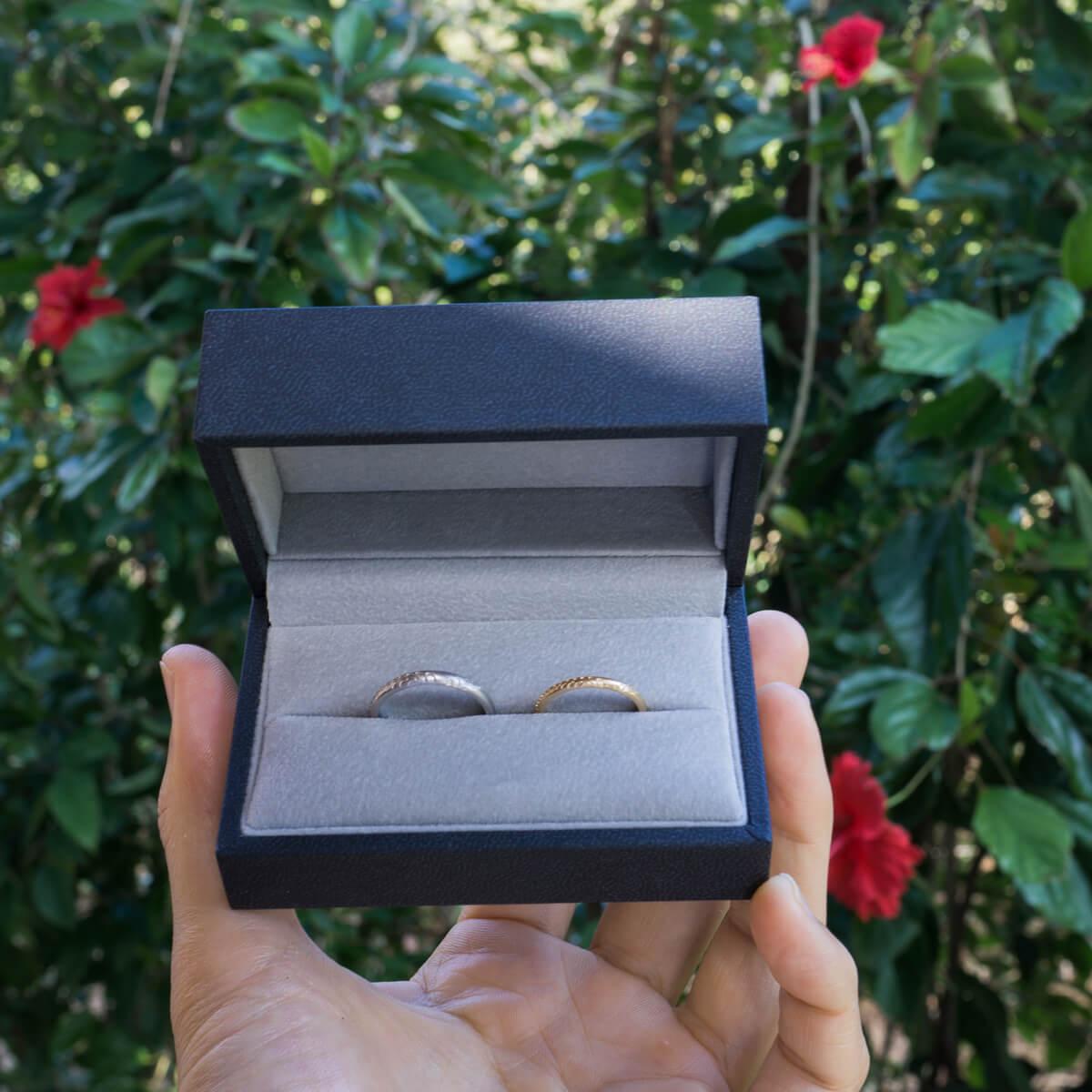 ケースの中のオーダーメイド結婚指輪 屋久島の緑バック 屋久島のシダモチーフ ゴールド、プラチナ 屋久島でつくる結婚指輪