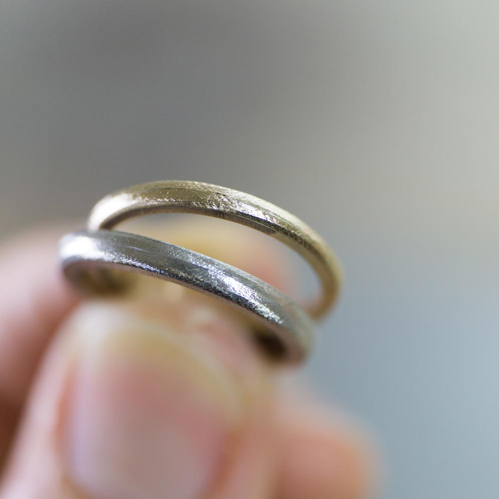 オーダーメイドマリッジリングの制作風景 ジュエリーのアトリエ 手に指輪 プラチナ、ゴールド 屋久島で作る結婚指輪