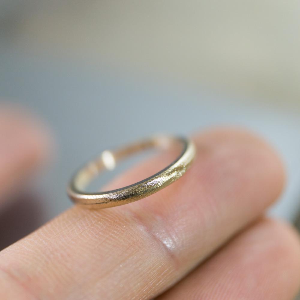 オーダーメイドマリッジリングの制作風景 ジュエリーのアトリエ 手に指輪 ゴールド 屋久島で作る結婚指輪