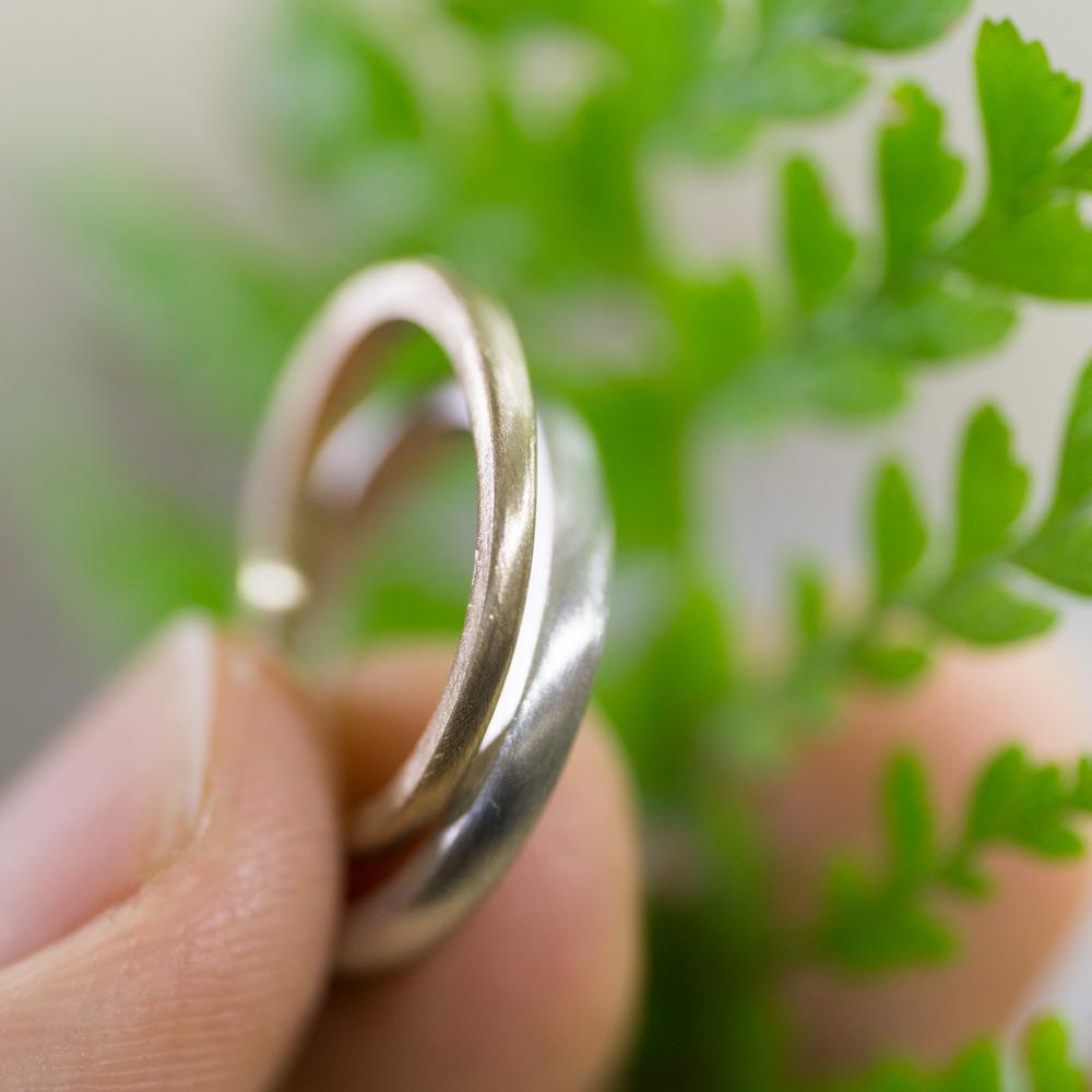 オーダーメイドマリッジリングの制作風景 ジュエリーのアトリエ 指輪手に持って プラチナ、ゴールド 屋久島で作る結婚指輪