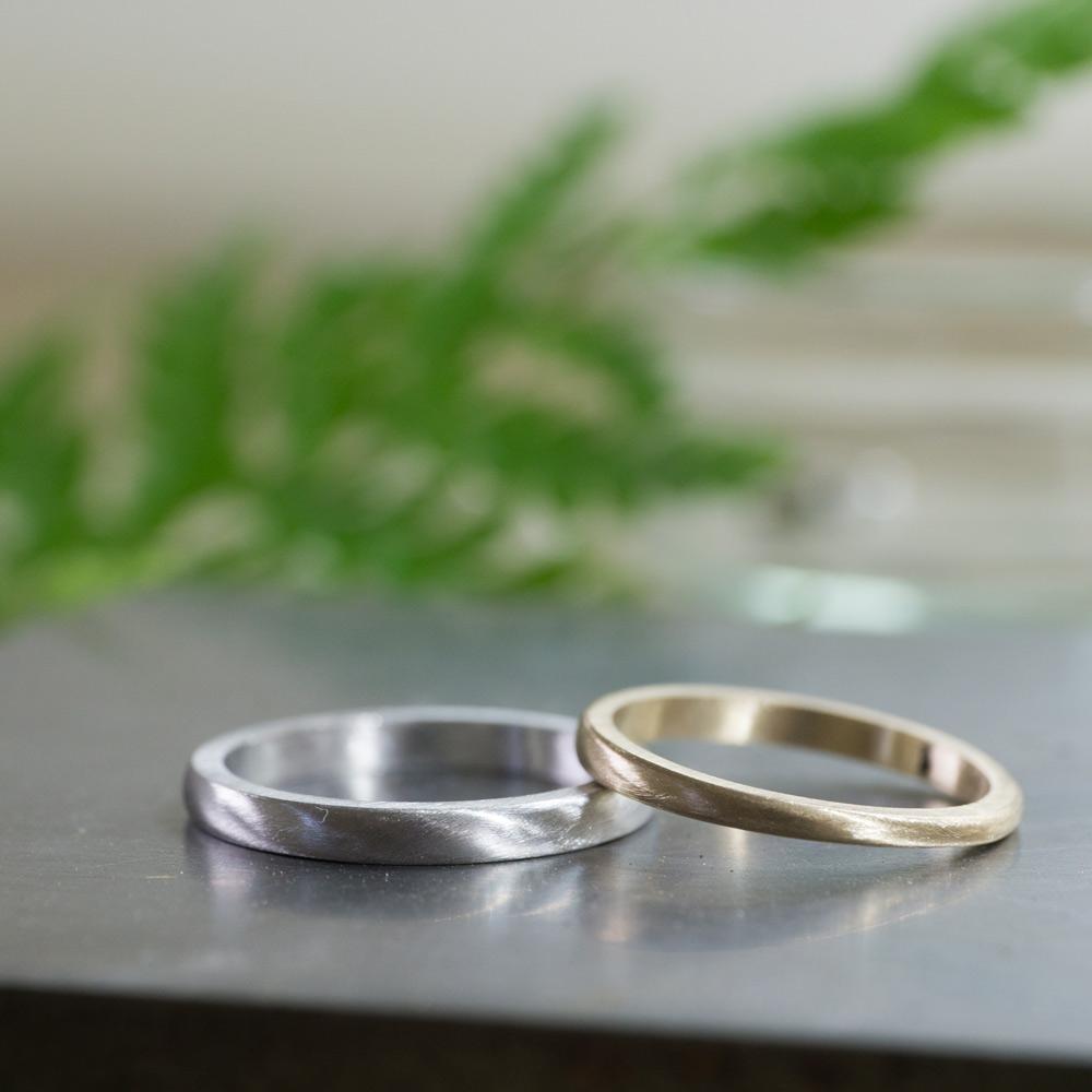 オーダーメイドマリッジリングの制作風景 ジュエリーのアトリエ 作業場に指輪 プラチナ、ゴールド 屋久島で作る結婚指輪