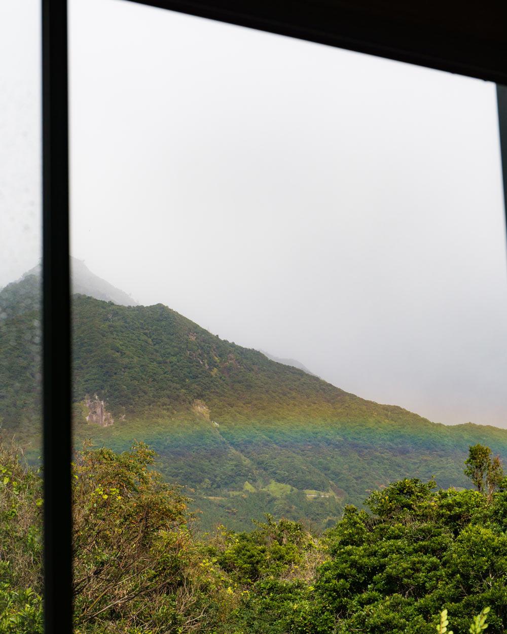 アトリエの窓 虹 屋久島の山々 ジュエリーと屋久島の暮らし