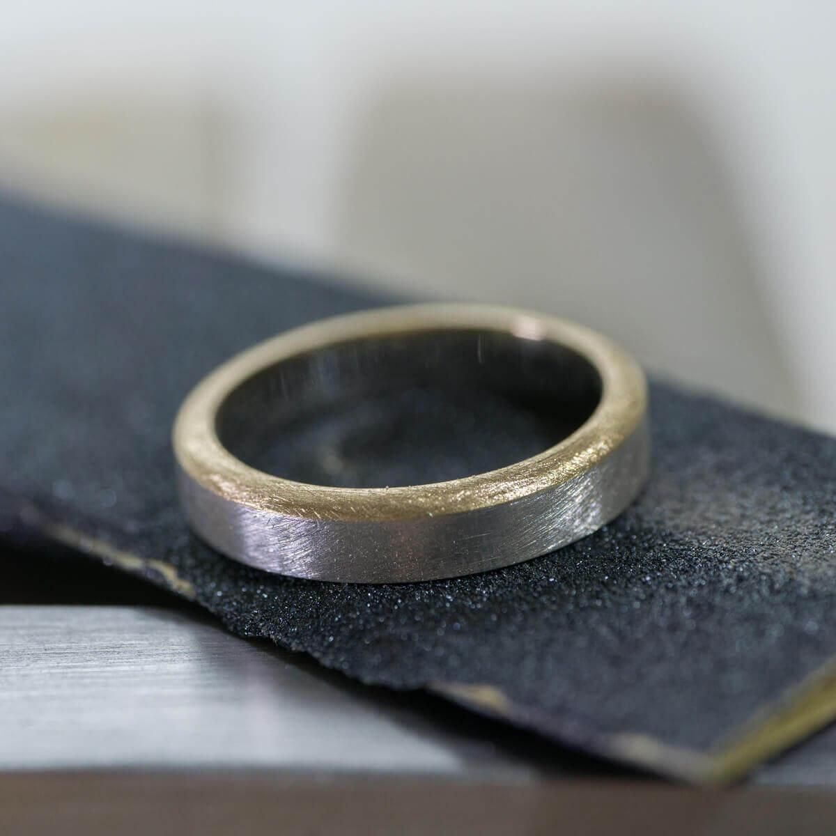 お二人の好きな柔らかい質感を形づくる。苗字にちなんでデザインした、コンビネーションの結婚指輪