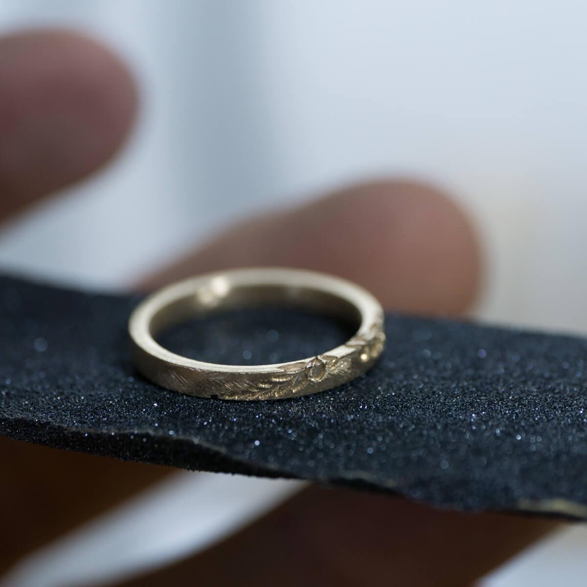 紙やすりの上 オーダーメイドマリッジリングの制作風景 ジュエリーのアトリエ 屋久島のシダモチーフ ゴールド、プラチナ 屋久島でつくる結婚指輪
