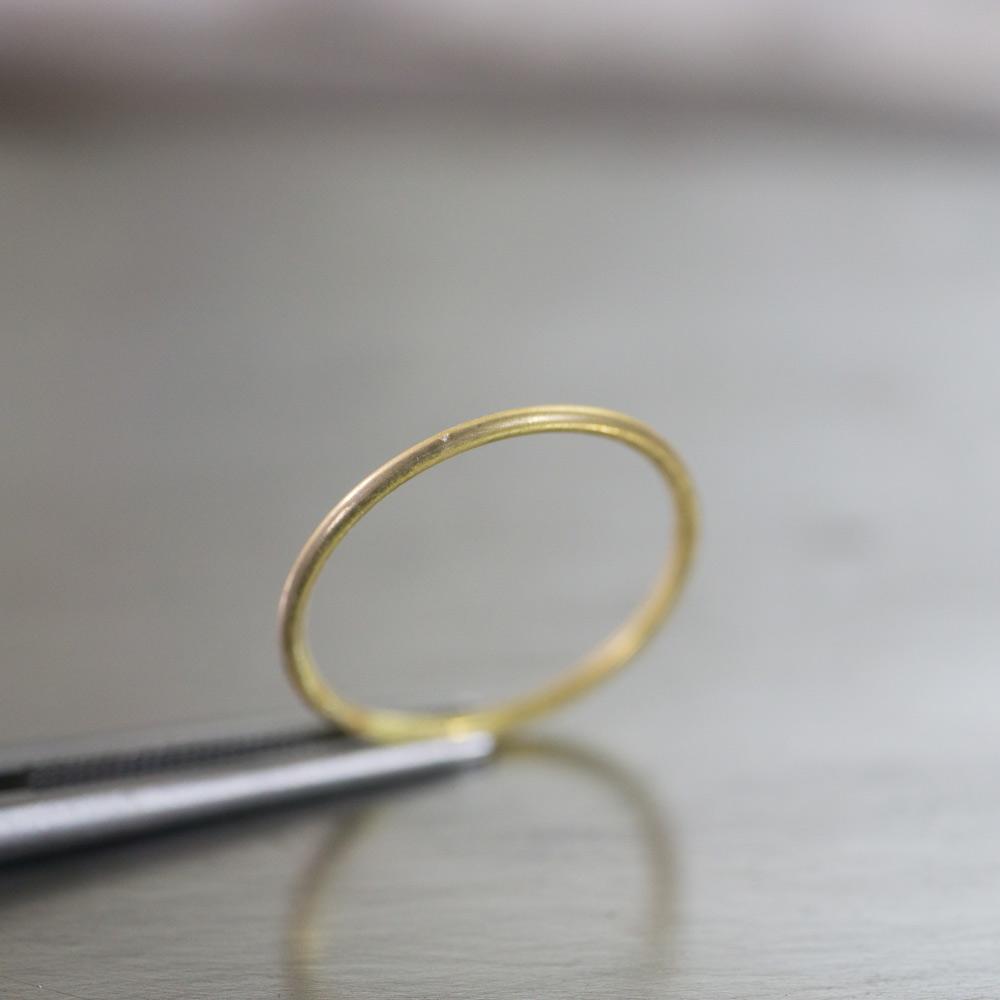オーダーメイドマリッジリングの制作風景 ジュエリーのアトリエ 作業場に指輪 ゴールド 屋久島で作る婚約指輪
