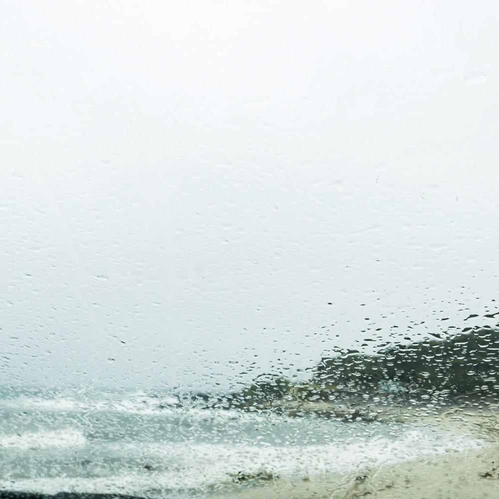 雨越しに見る屋久島の海 屋久島海とジュエリーと