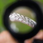 オーダーメイドマリッジリングの制作風景 ルーペ越しにシルバーリング 屋久島のシダモチーフ 屋久島でつくる結婚指輪