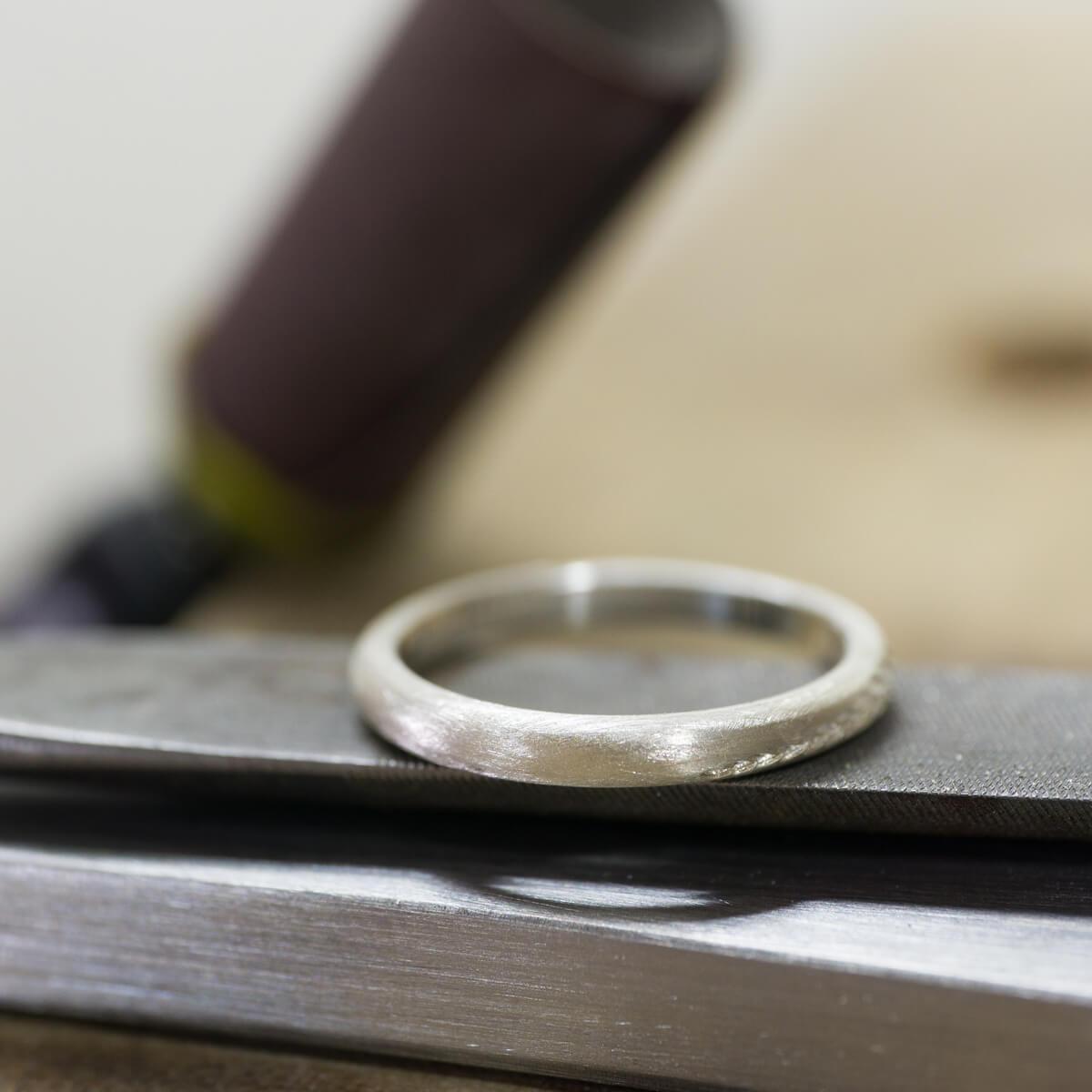 オーダーメイドマリッジリングの制作風景 ジュエリーのアトリエにシルバーリング 屋久島のシダモチーフ 屋久島でつくる結婚指輪