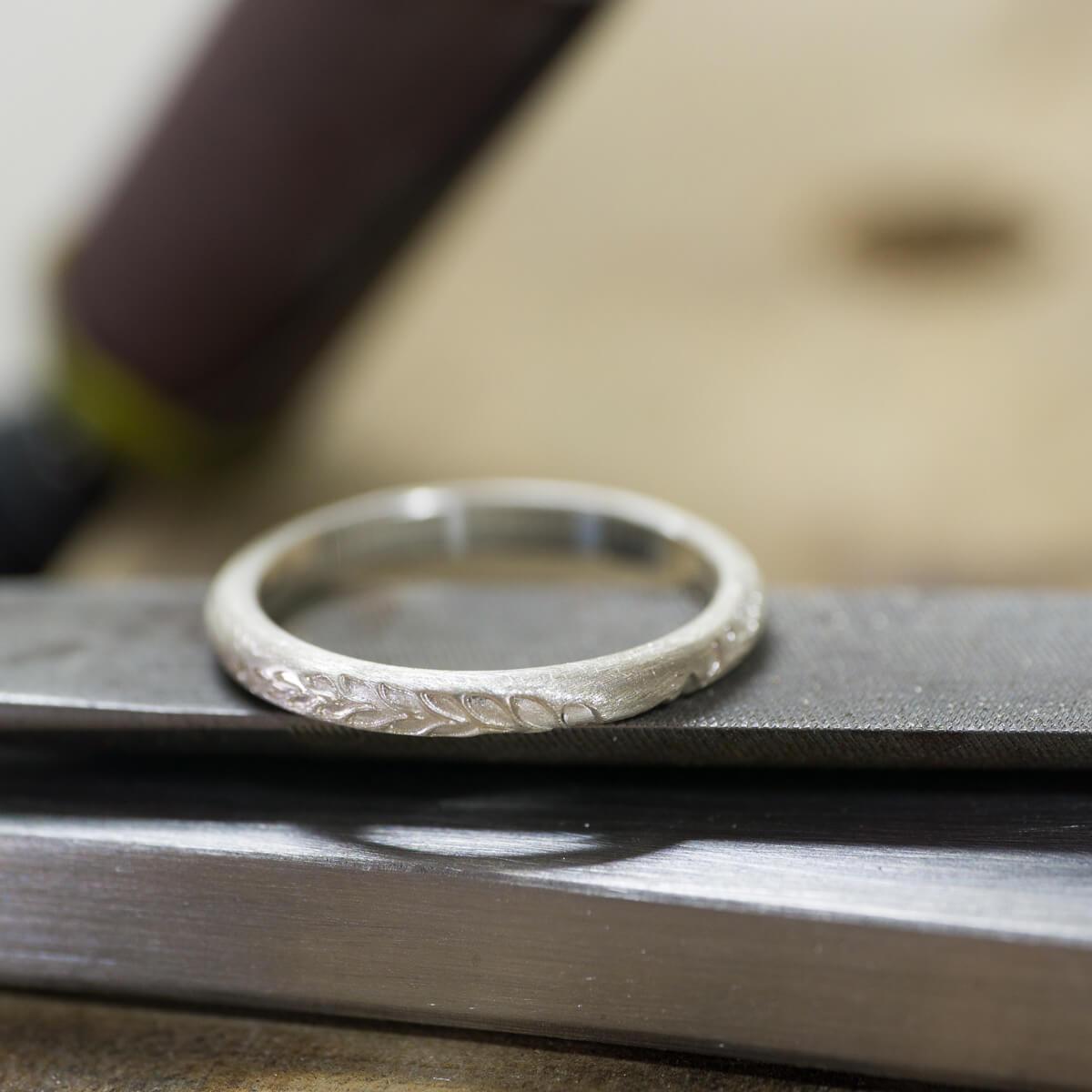 角度2 オーダーメイドマリッジリングの制作風景 ジュエリーのアトリエにシルバーリング 屋久島のシダモチーフ 屋久島でつくる結婚指輪