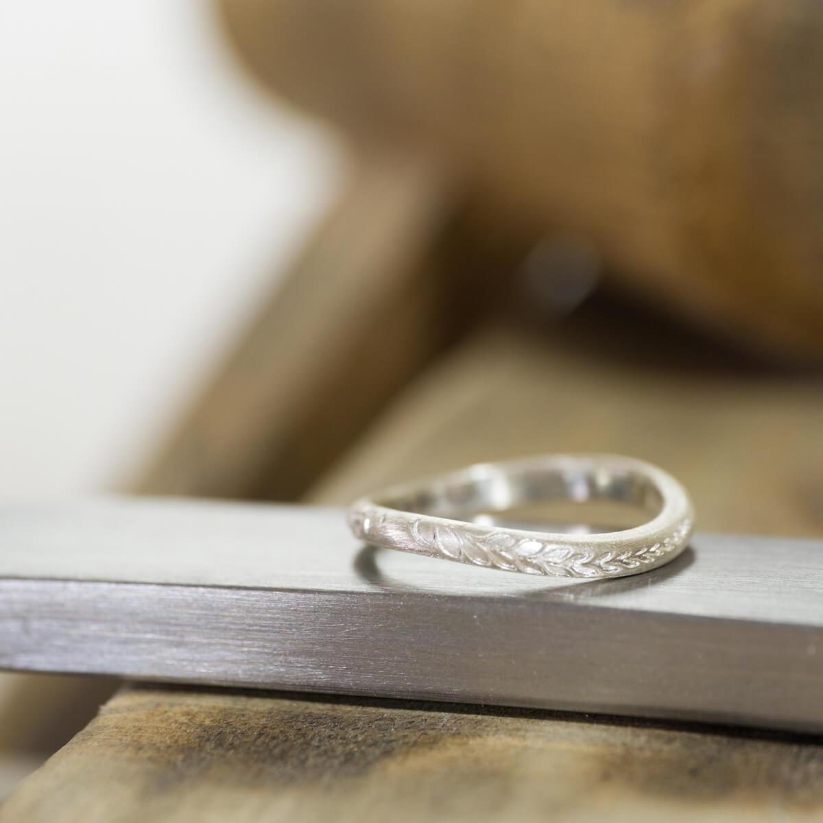 オーダーメイドマリッジリングの制作風景 ジュエリーのアトリエに指輪 シルバー 屋久島のシダモチーフ 屋久島でつくる結婚指輪