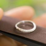 オーダーメイドマリッジリングの制作風景 ジュエリーのアトリエ 紙やすりに指輪 シルバー 屋久島のシダモチーフ 屋久島でつくる結婚指輪