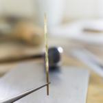 場面2 オーダーメイドマリッジリングの制作風景 ジュエリーの作業場台 ゴールド 地金 屋久島で作る結婚指輪