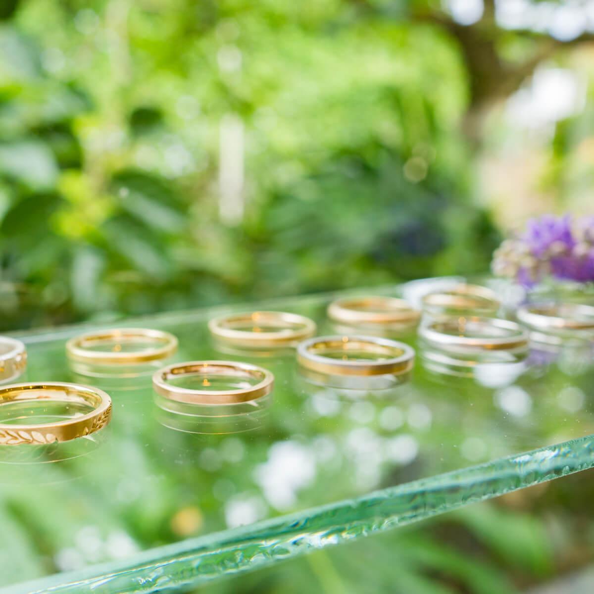 屋久島しずくギャラリー ジュエリーのディスプレイ オーダーメイドマリッジリング 屋久島の緑バック ゴールド、プラチナ 屋久島でつくる結婚指輪