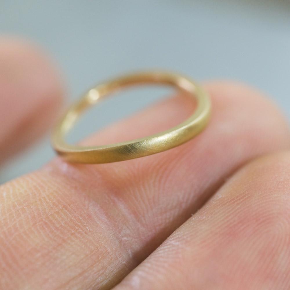 オーダーメイドマリッジリング 手のひらに指輪 ゴールド 屋久島で作る結婚指輪
