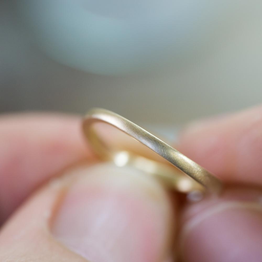 手の中でじっくりと眺めてしまいました。イエローゴールド wave ring 完成!#屋久島でつくる結婚指輪