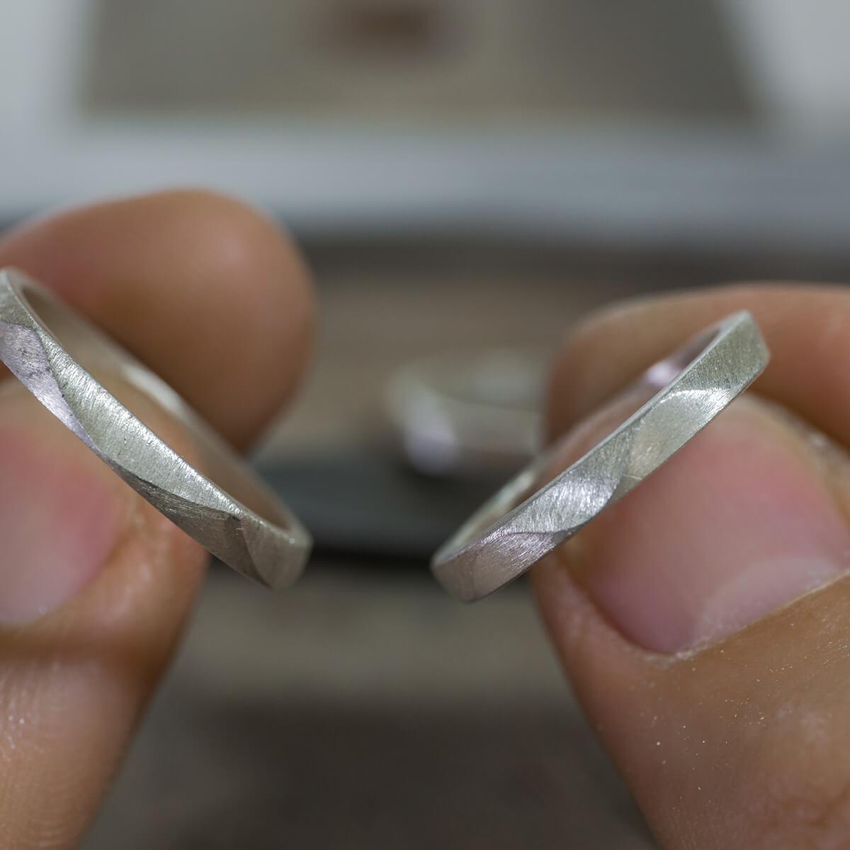 オーダーメイドマリッジリングのサンプル ジュエリーのアトリエ シルバーリングを手に 屋久島の波模様 屋久島でつくるr結婚指輪