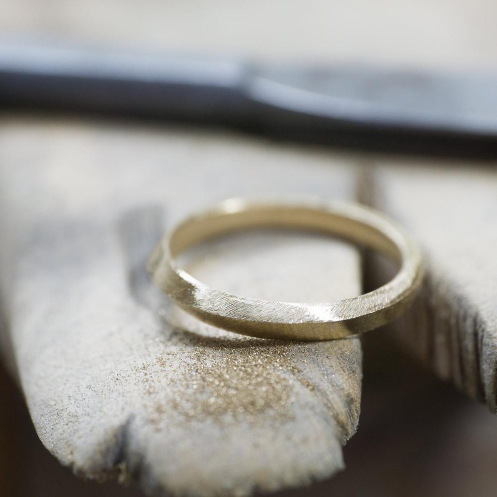 場面2 オーダーメイドマリッジリングの制作風景 ジュエリーのアトリエ 作業場に指輪 ゴールド 屋久島で作る結婚指輪