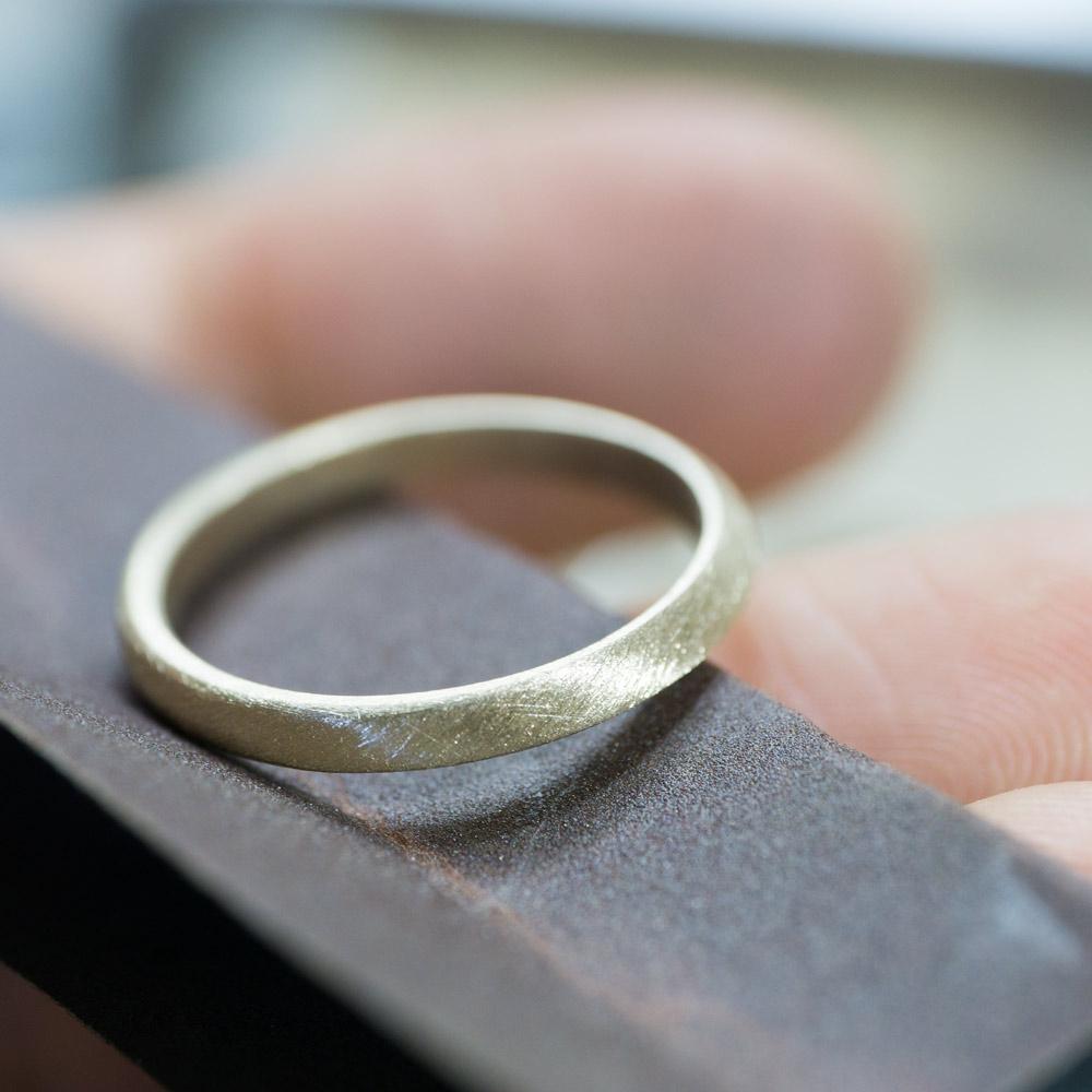 場面3 オーダーメイドマリッジリングの制作風景 ジュエリーのアトリエ 作業場に指輪 ゴールド 屋久島で作る結婚指輪