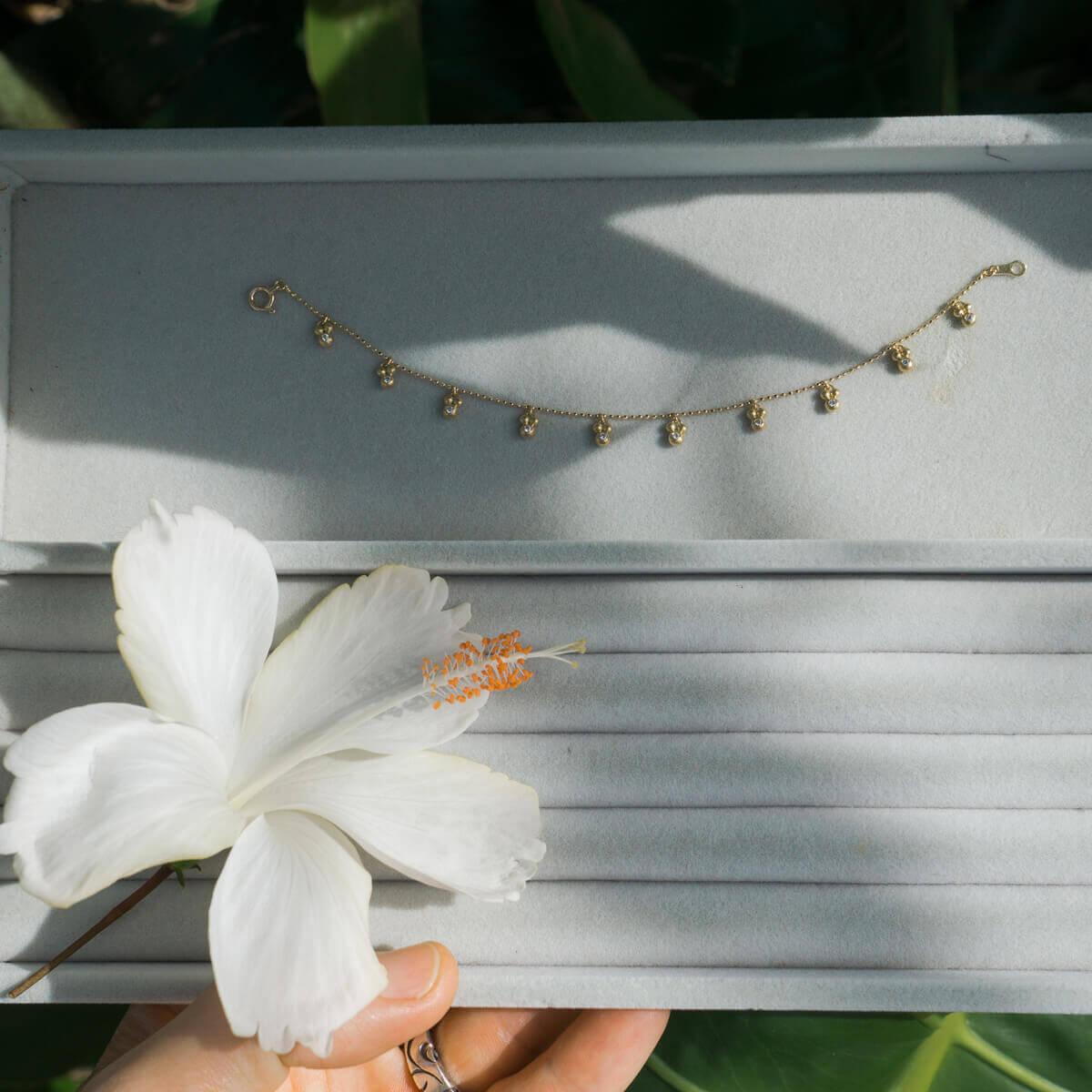 オーダーメイドジュエリー ブレスレット、トレーの上に、屋久島の緑バック 屋久島の雨モチーフ 屋久島でオーダーメイドジュエリー