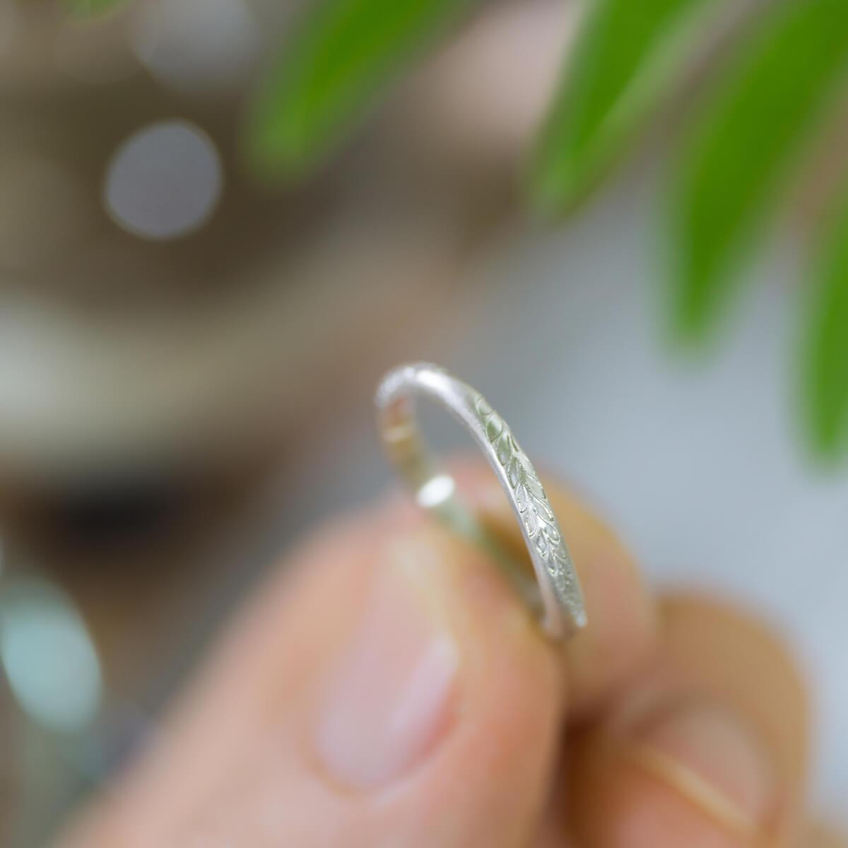 角度2 オーダーメイドマリッジリング ジュエリーのアトリエ 手に持って 屋久島のシダモチーフ シルバー 屋久島でつくる結婚指輪