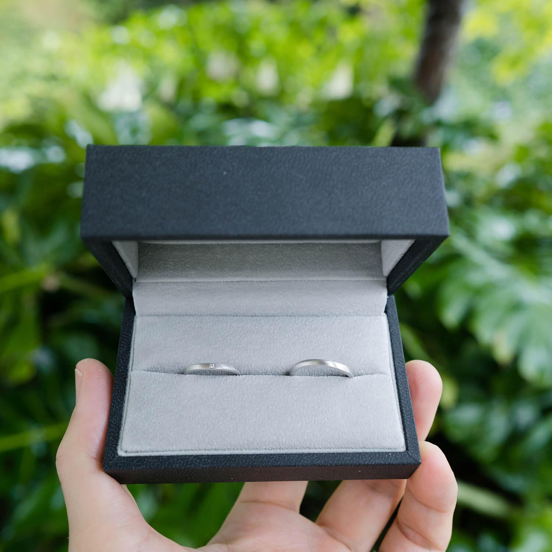 屋久島の緑バック ケースにオーダーメイドマリッジリング 屋久島でつくる結婚指輪 プラチナ、ダイヤモンド