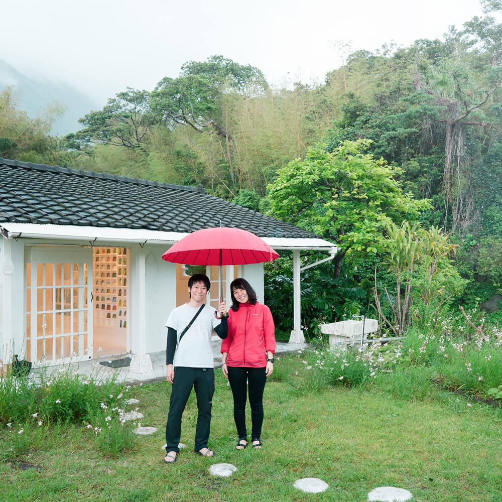 屋久島しずくギャラリーの前で記念撮影 屋久島でつくる結婚指輪