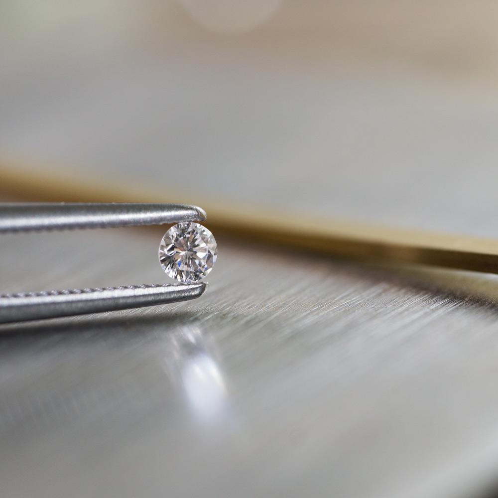 オーダーメイドマリッジリングの素材 ジュエリーのアトリエ 作業場にダイヤモンド 屋久島で作る結婚指輪