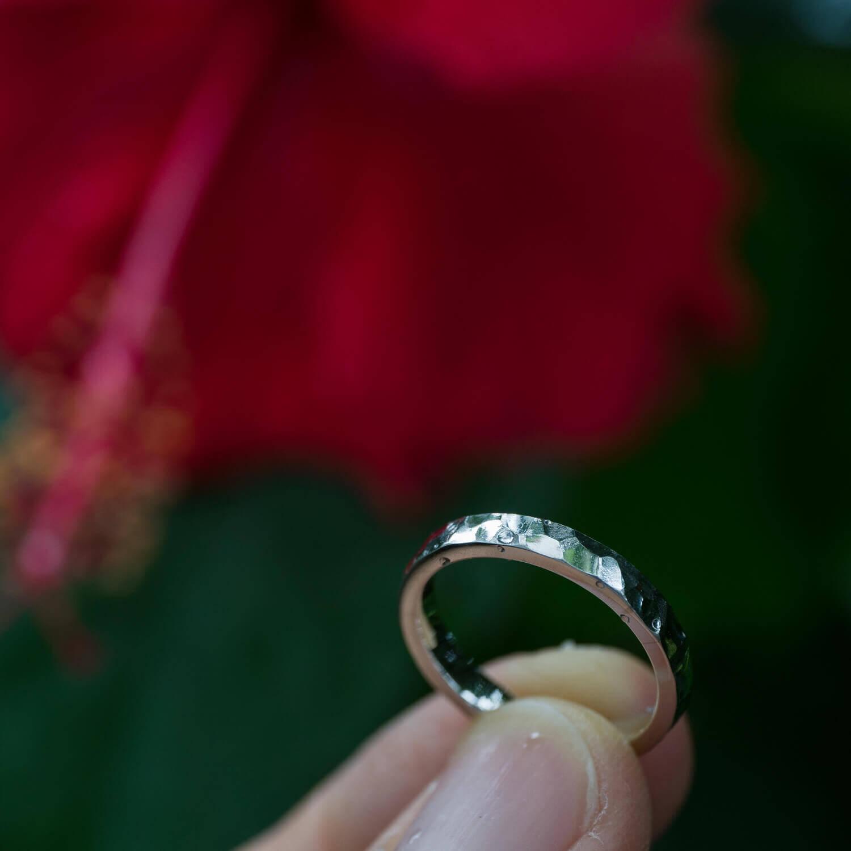 オーダーメイドマリッジリングの制作風景 屋久島緑バック プラチナの指輪 屋久島でつくる結婚指輪