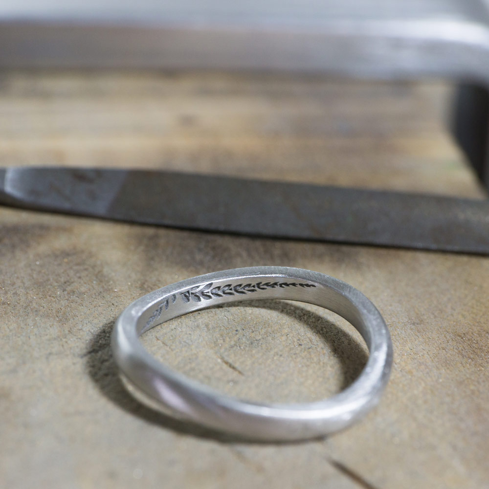 オーダーメイドマリッジリングの制作風景  作業場に指輪 シダ模様 プラチナ 屋久島で作る結婚指輪