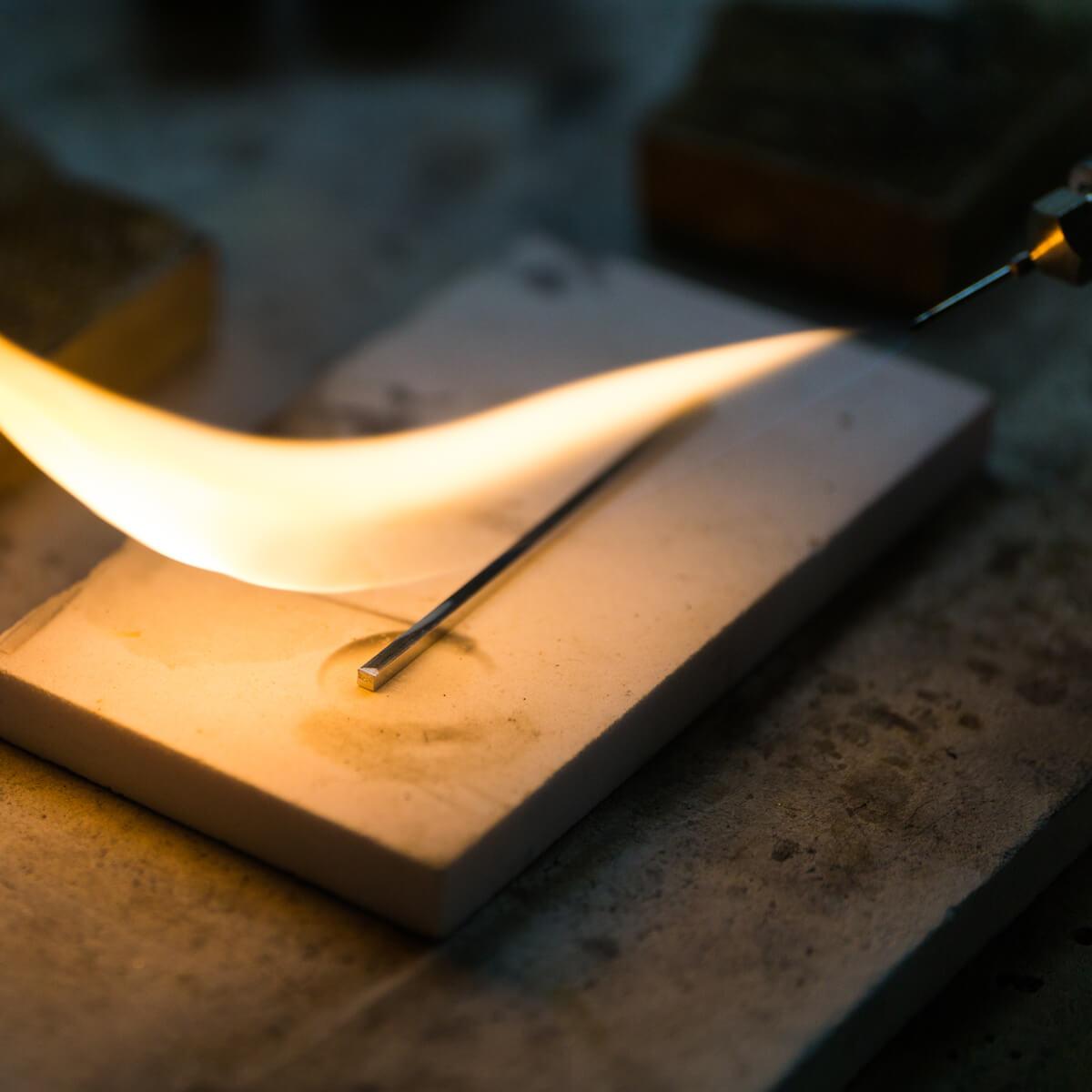 オーダーメイドマリッジリングの制作風景 ジュエリーのアトリエ プラチナ素材、バーナオーの火 屋久島でつくる結婚指輪
