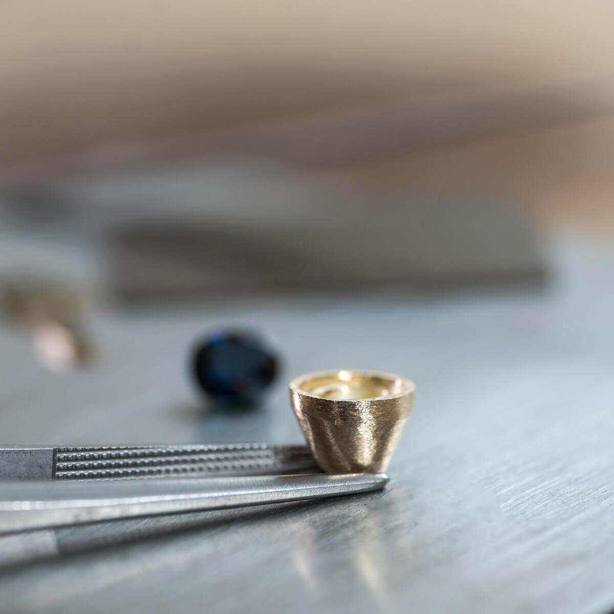 オーダーメイドリメイクジュエリーの制作風景 ジュエリーのアトリエ シャンパンゴールド石枠 屋久島でつくる結婚指輪