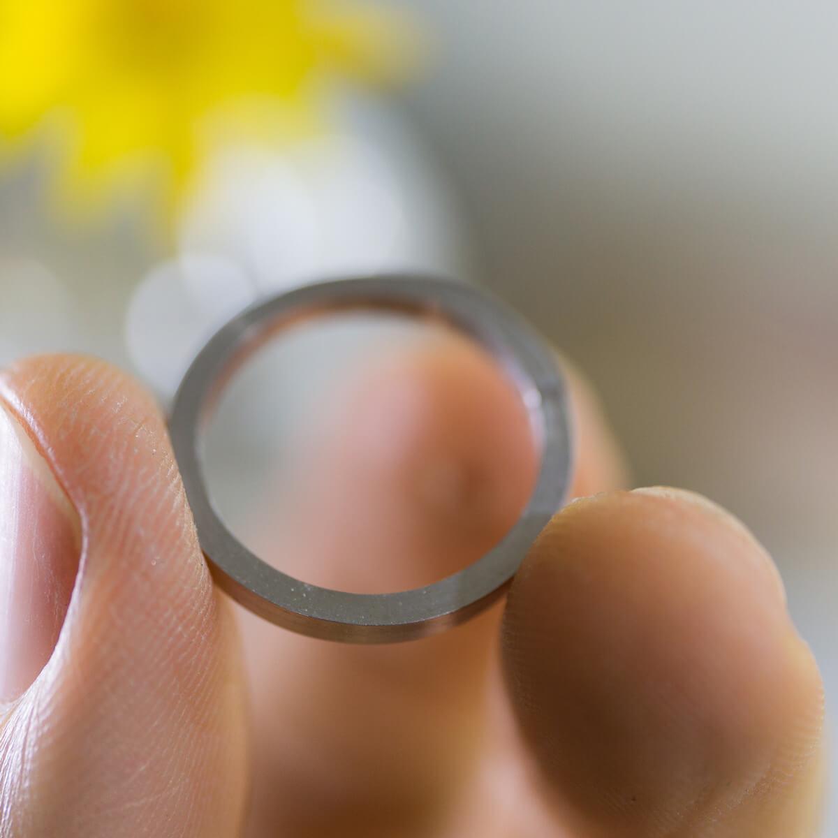 オーダーメイドマリッジリングの制作風景 手にプラチナリング ジュエリーのアトリエ 屋久島でつくる結婚指輪