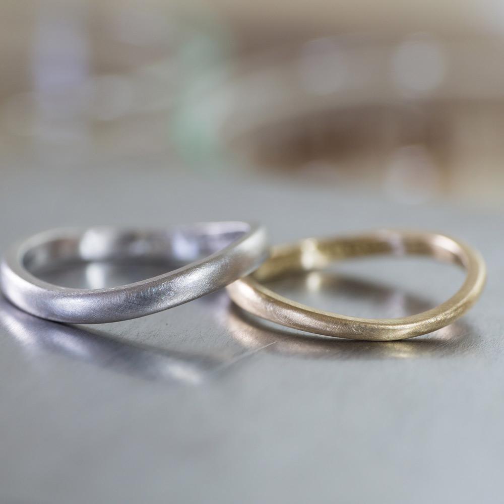 オーダーメイドマリッジリング完成品 ジュエリーのアトリエ 作業場に指輪 プラチナ、ゴールド 屋久島で作る結婚指輪