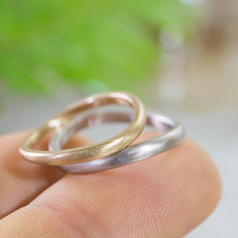 角度2 オーダーメイドマリッジリング 手のとって 屋久島のシダバック 作業場に指輪 プラチナ、ゴールド 屋久島で作る結婚指輪