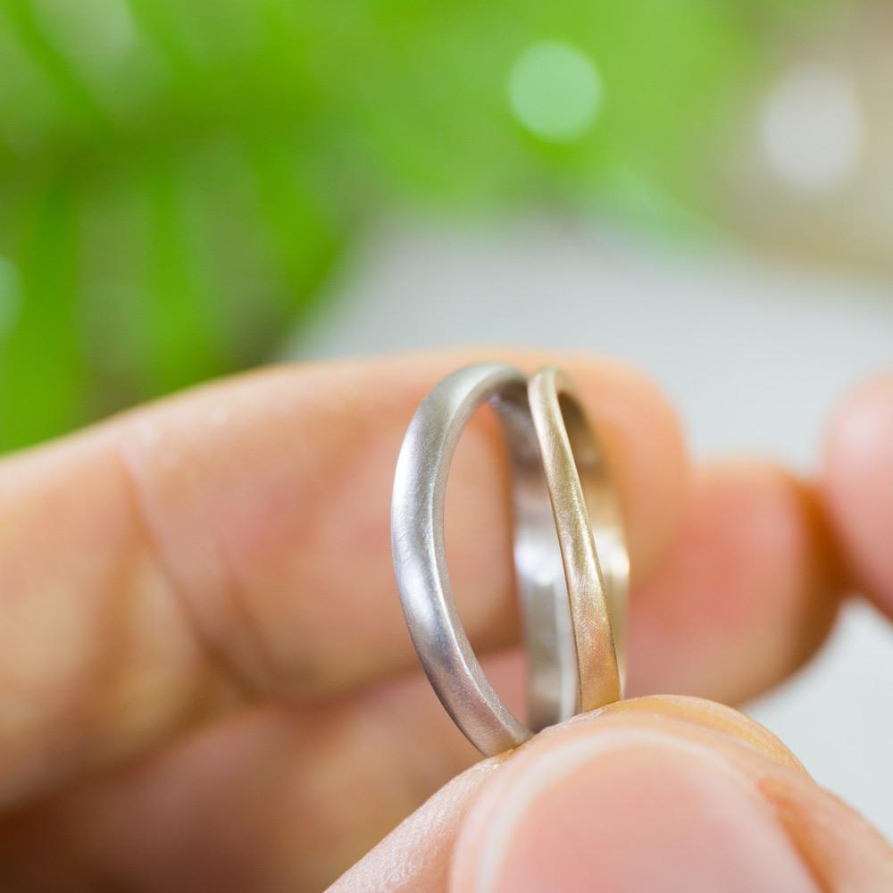 オーダーメイドマリッジリング 手のとって 屋久島のシダバック 作業場に指輪 プラチナ、ゴールド 屋久島で作る結婚指輪