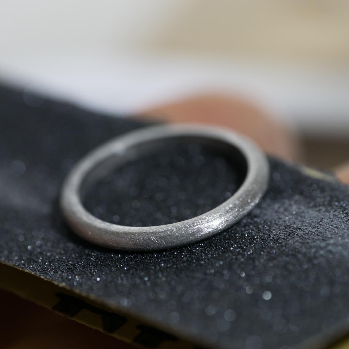 オーダーメイドマリッジリングの制作風景 ジュエリーのアトリエに結婚指輪 紙やすりの上 プラチナ