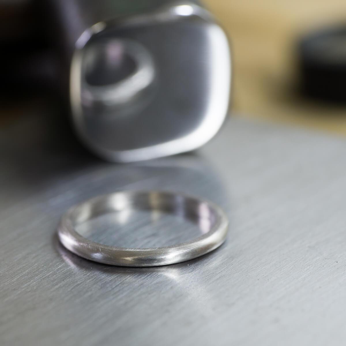 オーダーメイドマリッジリングの制作風景 ジュエリーのアトリエ 結婚指輪の奥に金槌 プラチナ 屋久島でつくる結婚指輪