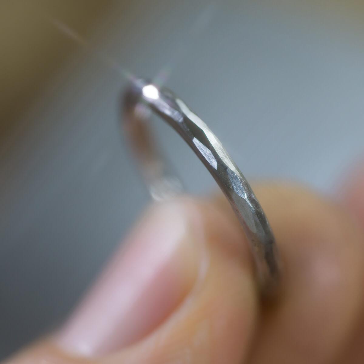 オーダーメイドマリッジリングの制作風景 ジュエリーのアトリエ プラチナリング 手に持って 屋久島でつくる結婚指輪