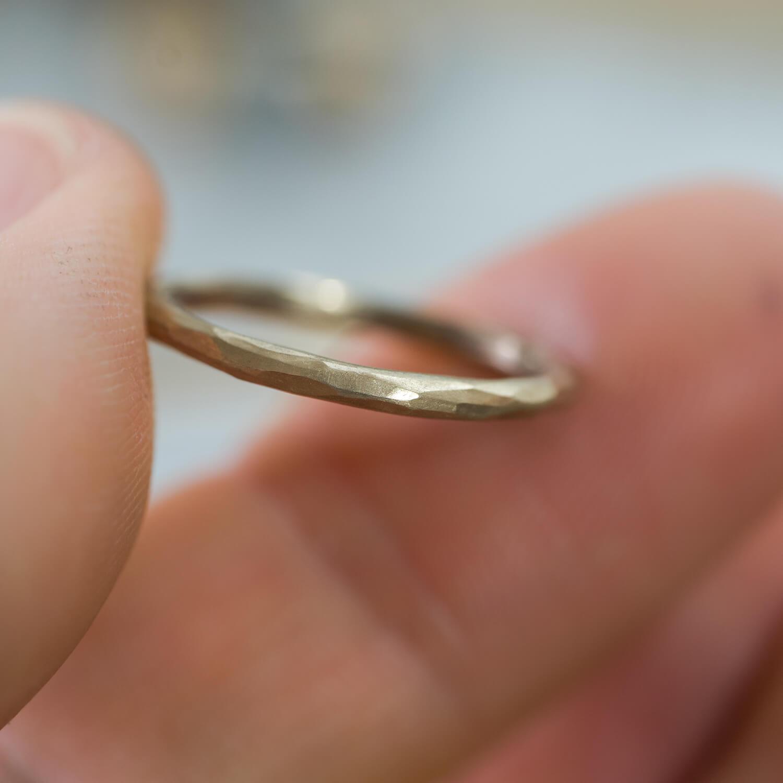 オーダーメイドジュエリーの制作風景 ジュエリーのアトリエ シャンパンゴールドの指輪 屋久島でリメイクジュエリー
