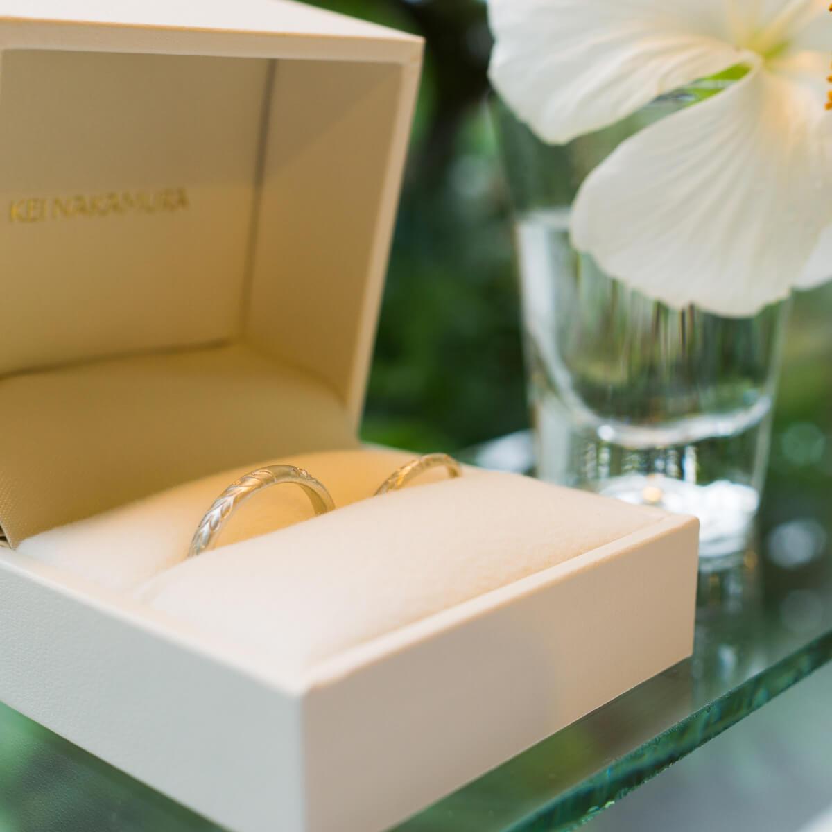 屋久島しずくギャラリー ジュエリーのディスプレイ オーダーメイドマリッジリングと屋久島のハイビスカス シルバー 屋久島でつくる結婚指輪