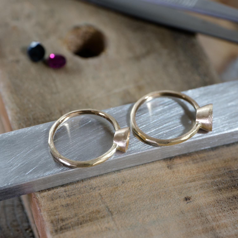 オーダーメイドジュエリーの制作風景 シャンパンゴールドの指輪2本 ルビー、サファイア 屋久島でオーダーメイドジュエリー