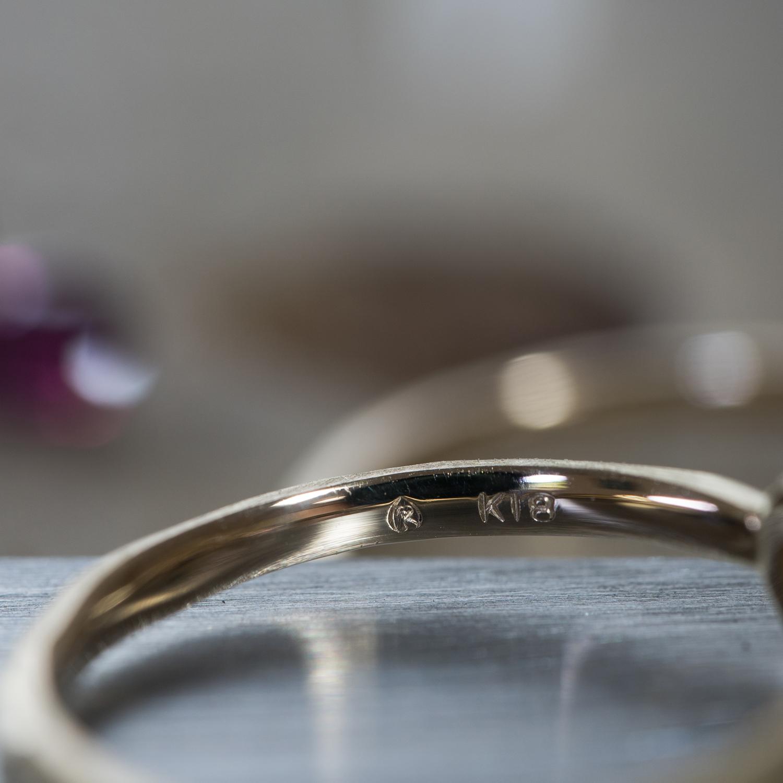 オーダーメイドジュエリーの制作風景 シャンパンゴールドの指輪2本 内側の刻印 ルビー、サファイア 屋久島でオーダーメイドジュエリー