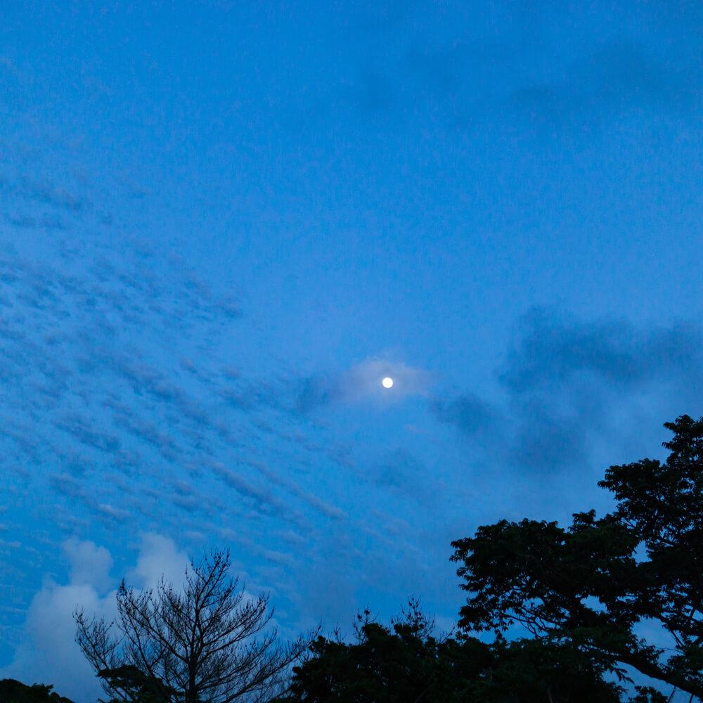 夕暮れ時の空 屋久島の雲、月 青い時間 屋久島日々の暮らしとジュエリー