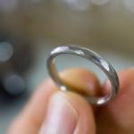 オーダーメイドマリッジリング ジュエリーのアトリエ プラチナリング 手に持って 屋久島でつくる結婚指輪