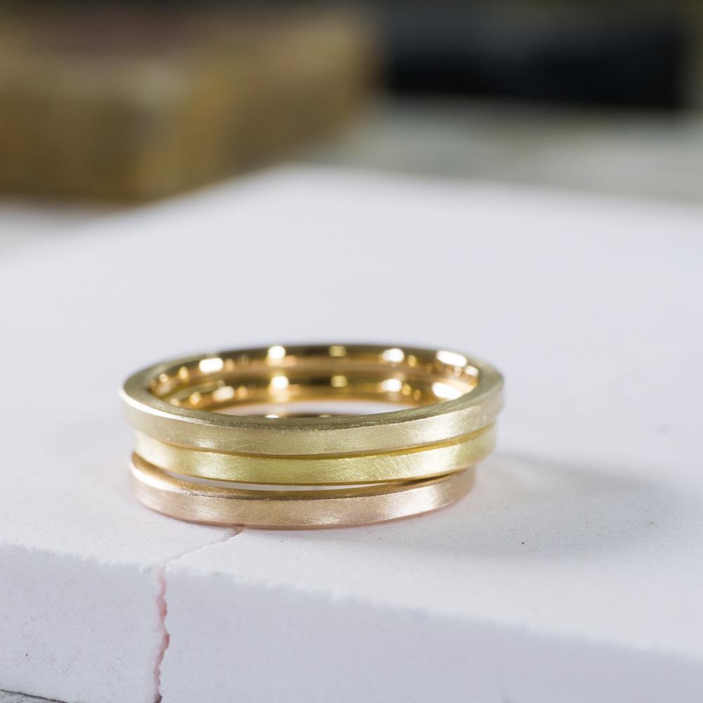 場面2 オーダーメイドマリッジリングの素材 ジュエリーのアトリエ 作業場に指輪 ゴールド 屋久島で作る結婚指輪