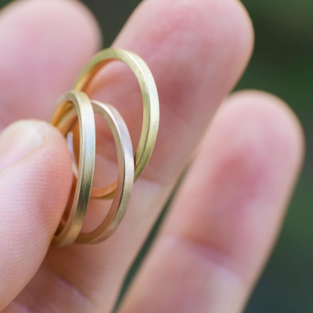 場面3 オーダーメイドマリッジリングの素材 ジュエリーのアトリエ 作業場に指輪 ゴールド 屋久島で作る結婚指輪