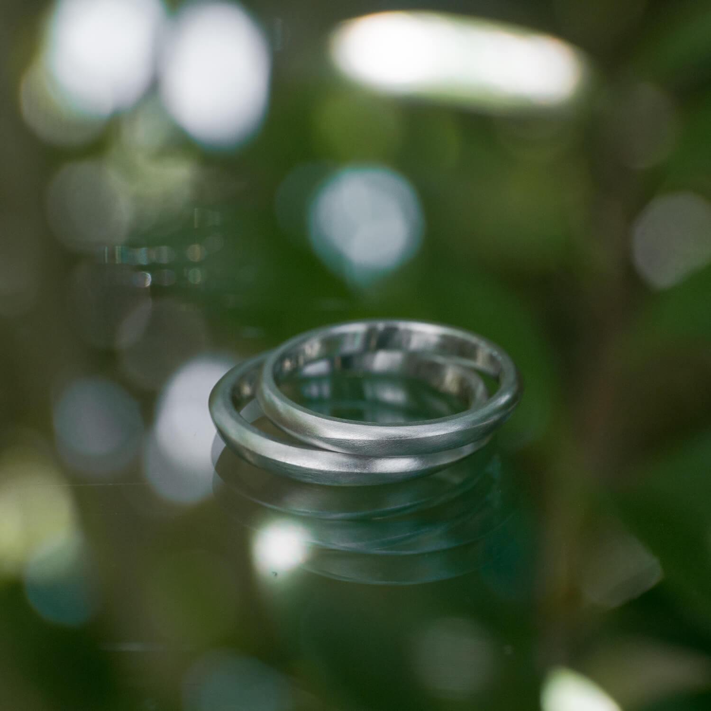 場面3 オーダーメイドマリッジリング 屋久島ジュエリーのアトリエ 庭 屋久島の緑バック プラチナ 屋久島でつくる結婚指輪